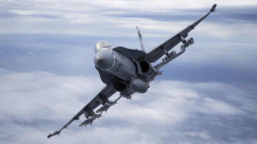 Истребитель F/A-18 уронил топливный бак с горючим перед носом авианосца