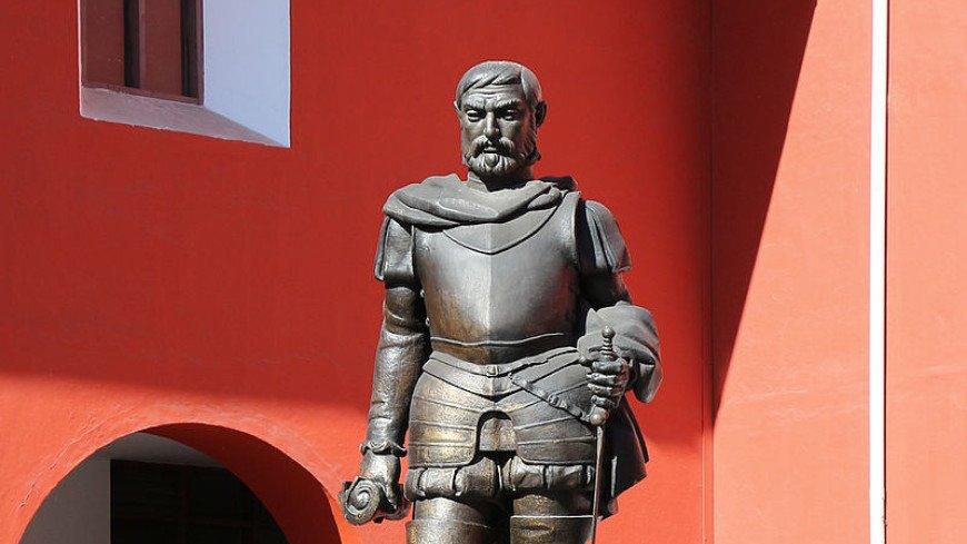 В Колумбии индейцы повалили на землю конную статую конкистадора (ВИДЕО)