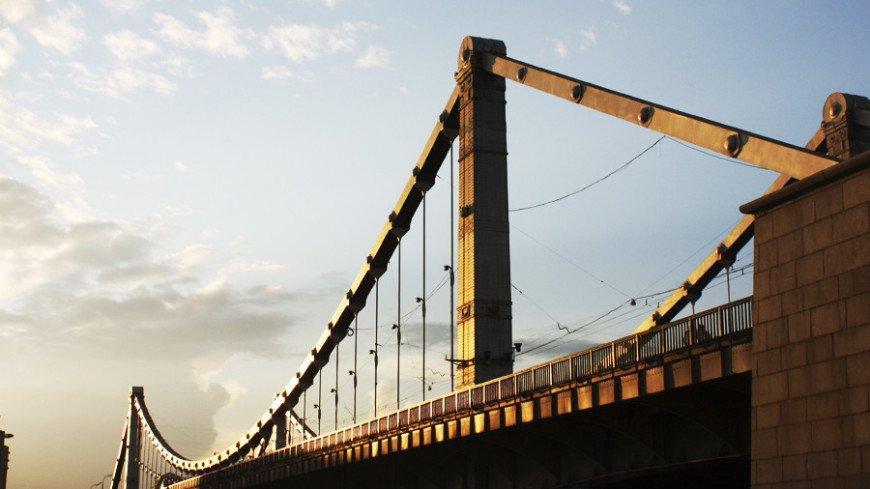 В Москве баржа врезалась в Крымский мост