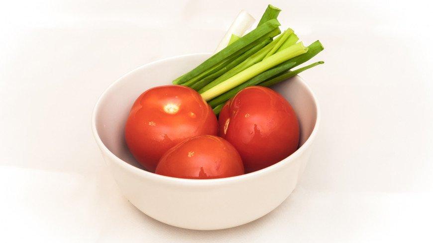 Помидоры и зеленый лук,еда, салат, овощи, помидор, томат, зеленый лук, салат, ,еда, салат, овощи, помидор, томат, зеленый лук, салат,