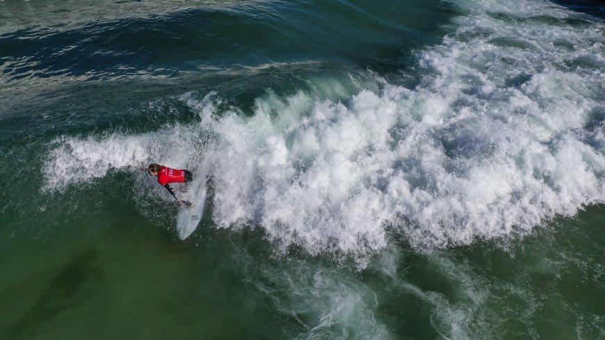 Установлен рекорд по покорению самой большой волны среди серфингисток