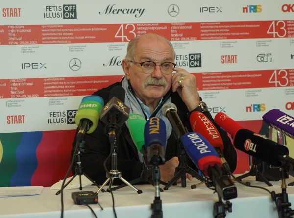 Нескромный разрез и диснеевский образ: церемония открытия 43-го Московского кинофестиваля (ФОТО)