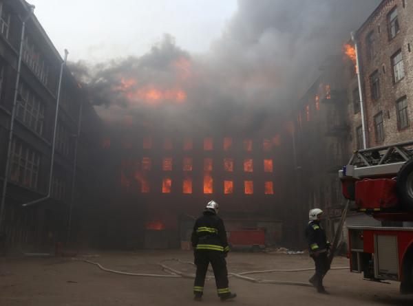 В Петербурге перекрыли дороги рядом с горящей «Невской мануфактурой»