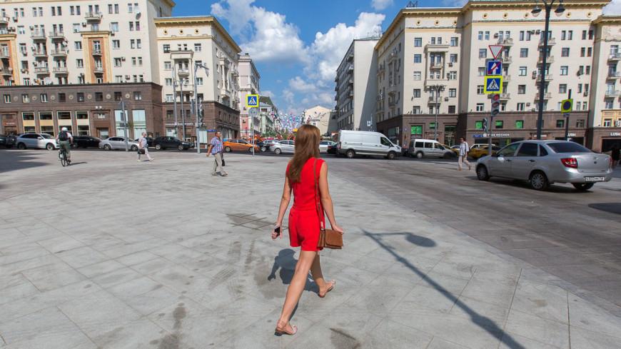 Тверская улица после реконструкции. ,Тверская, лето, город, Москва, люди, прогулка, пешеход, девушка, женщина,Тверская, лето, город, Москва, люди, прогулка, пешеход, девушка, женщина