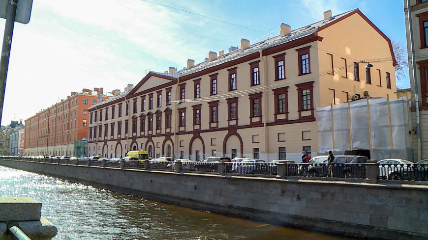 Пешеходня галерея рухнула в Петербурге на прохожих и припаркованные авто