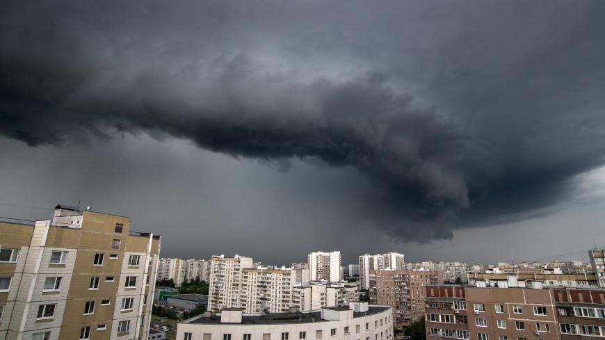 В Москве прогремела первая гроза и выпал град