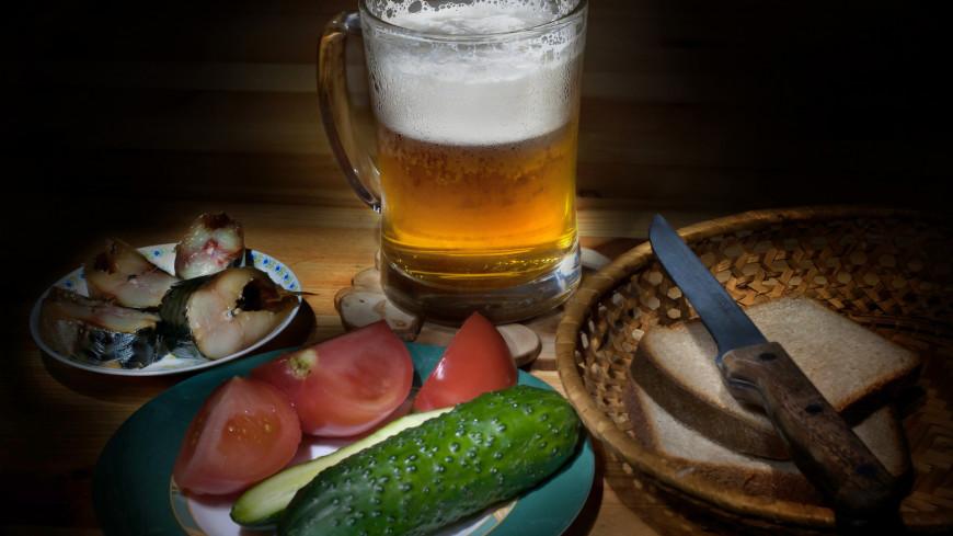 Пиво и закуска,пиво, сельдь, селедка, свежие овощи, томат, огурец, хлеб, ,пиво, сельдь, селедка, свежие овощи, томат, огурец, хлеб,