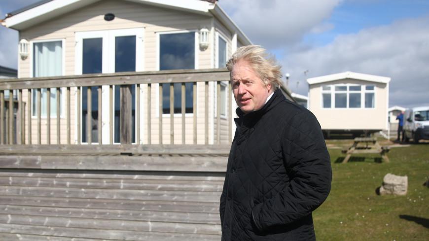 Борис Джонсон выпил пинту пива за ослабление локдауна в Британии
