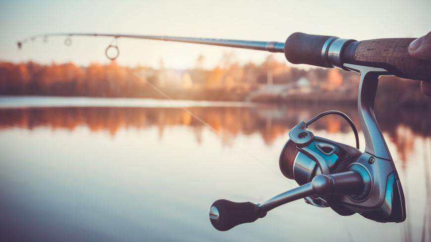 Железные нервы: ловивший рыбу на фоне пожара белорус прославился на весь мир