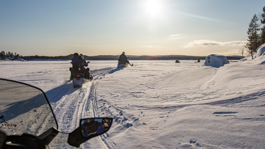 Катавшиеся на снегоходе люди провалились под лед на Сахалине