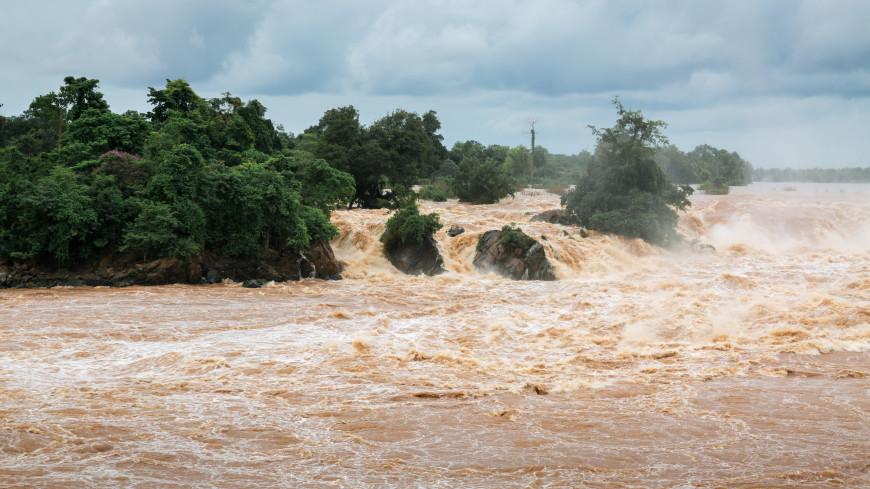 В Индонезии в результате оползня и наводнения погибли более 20 человек
