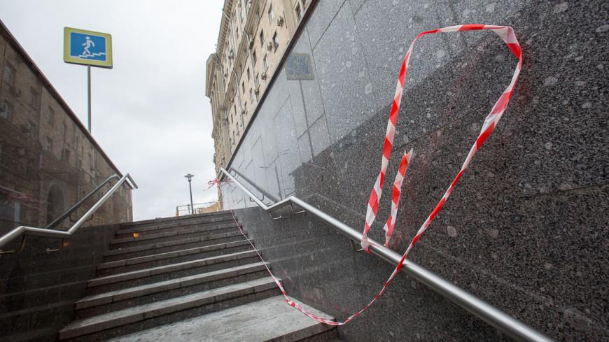 Mercedes рухнул на лестницу подземного перехода на юге Москвы