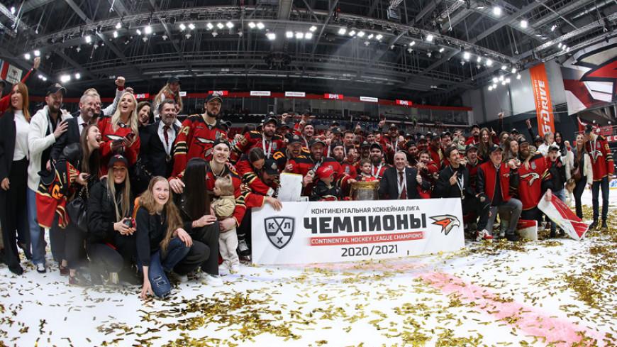 Новый чемпион: в аэропорту Омска хоккеистов «Авангарда» встретили сотни болельщиков