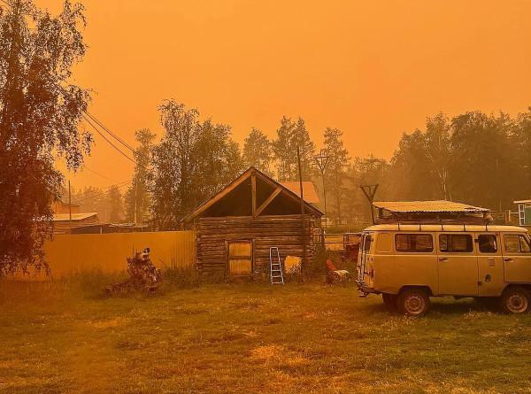 Добровольцы в якутском селе Кылайы пытаются остановить природный пожар встречным отжигом