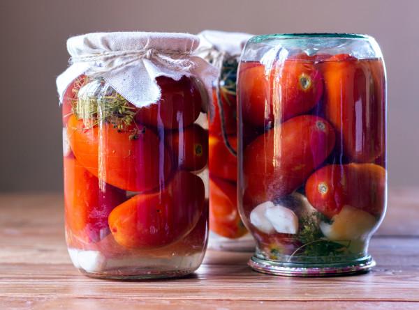 Станут вкуснее и ароматнее: что добавить в банку с помидорами при консервации