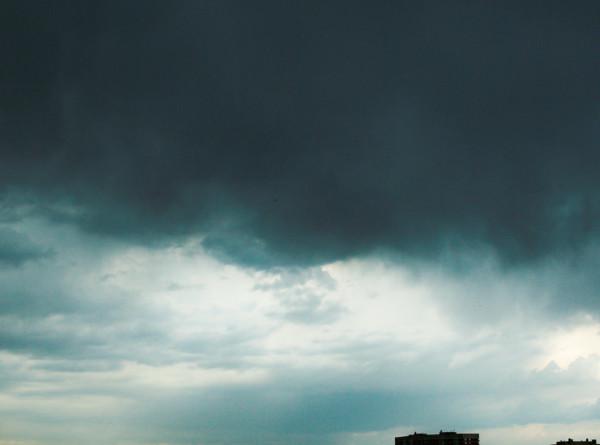 Торнадо добрался до Башкирии и посрывал крыши с домов