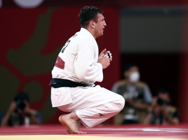 Сотни болельщиков встретили в аэропорту Тбилиси олимпийского чемпиона Лашу Бекаури