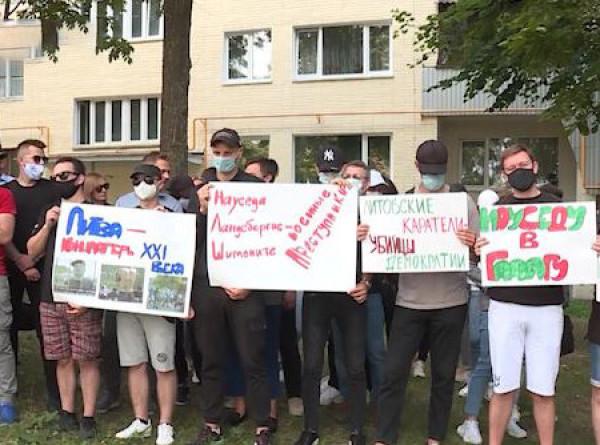 Молчаливый пикет: белорусы протестуют возле литовского посольства