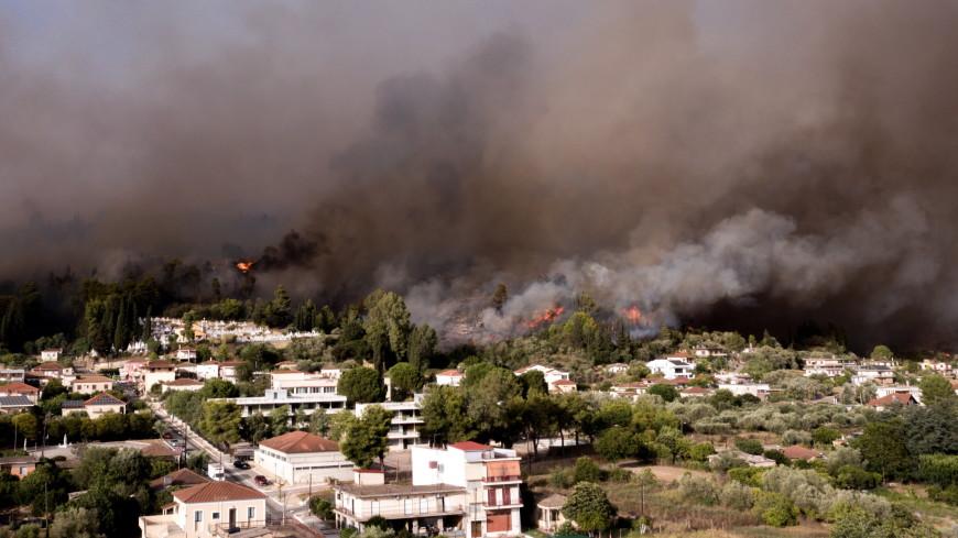 Горящая Греция: местные жители спасают от огня свои дома вместе с пожарными