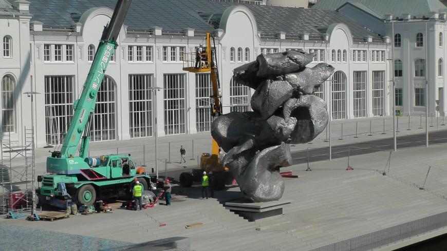 Скульптура в виде кома глины появилась в Москве