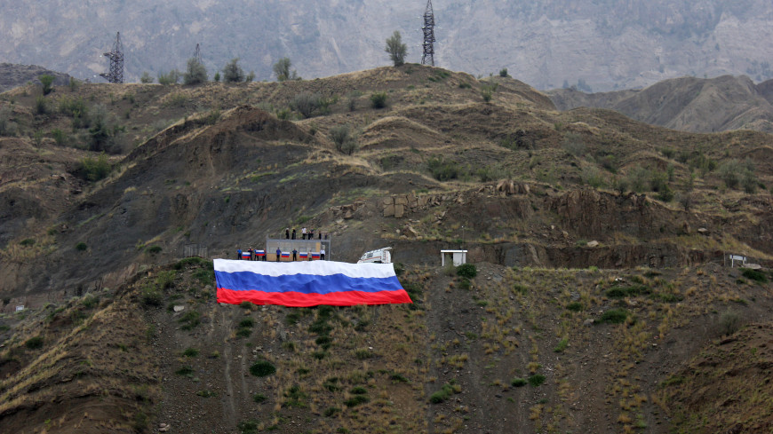 500-метровый российский флаг развернули над Ирганайским водохранилищем в Дагестане