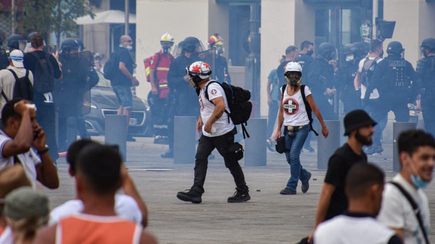 Во Франции проходят массовые акции против ужесточения ковидных ограничений
