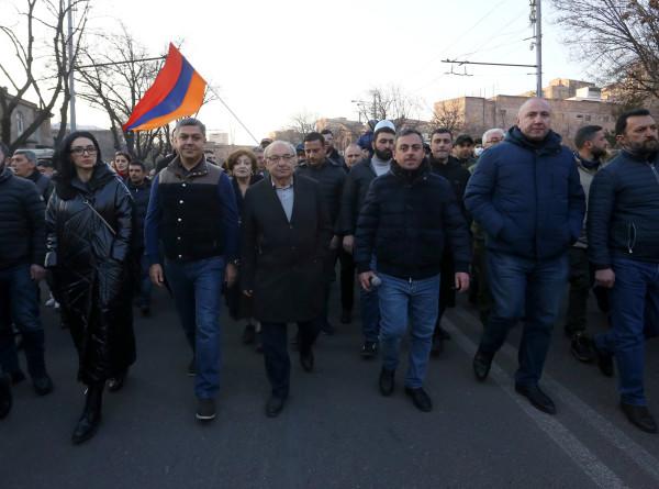 Палатки в центре Еревана: как долго еще греться у печек-буржуек противникам Пашиняна