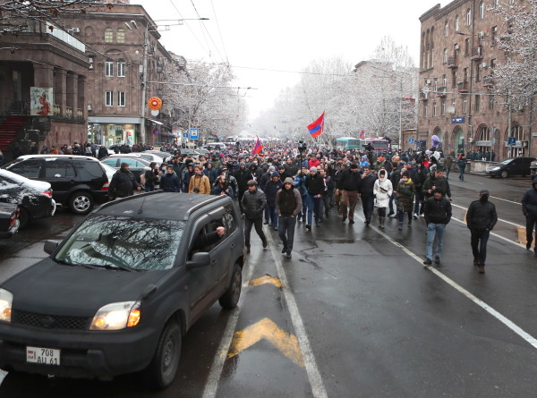 Противники Пашиняна продолжают митинговать на улицах Еревана