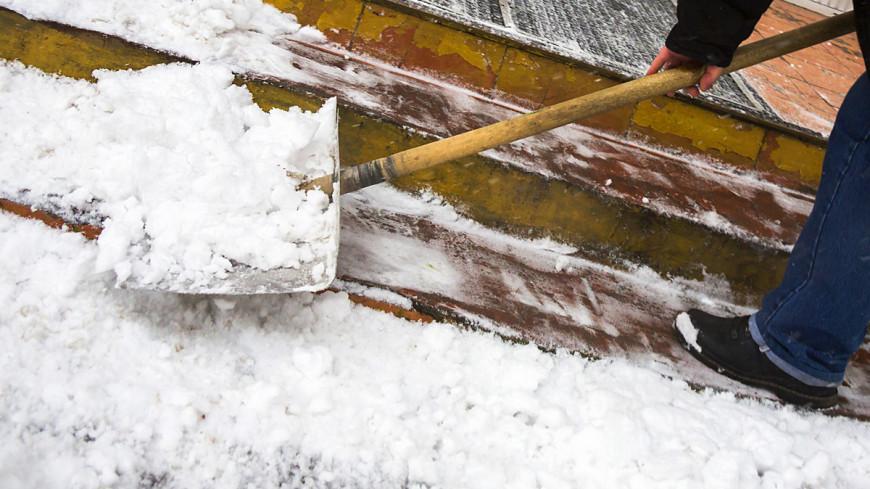 """Фото: Татьяна Константинова, """"МТРК «Мир»"""":http://mirtv.ru/, лопата, снег, снегопад, уборка снега"""