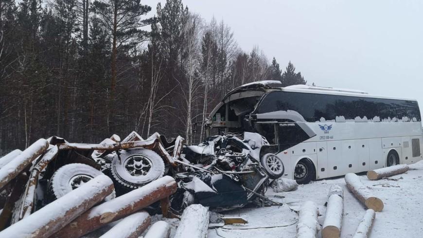 Пять человек погибли в результате ДТП с автобусом и лесовозом в Иркутской области
