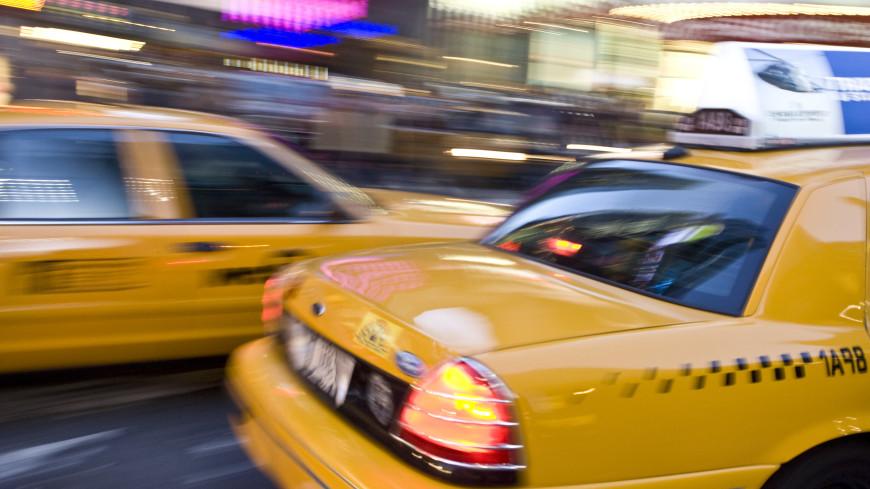 Садитесь назад, не пейте воду и не гремите ключами: какие правила безопасности нужно соблюдать в такси?