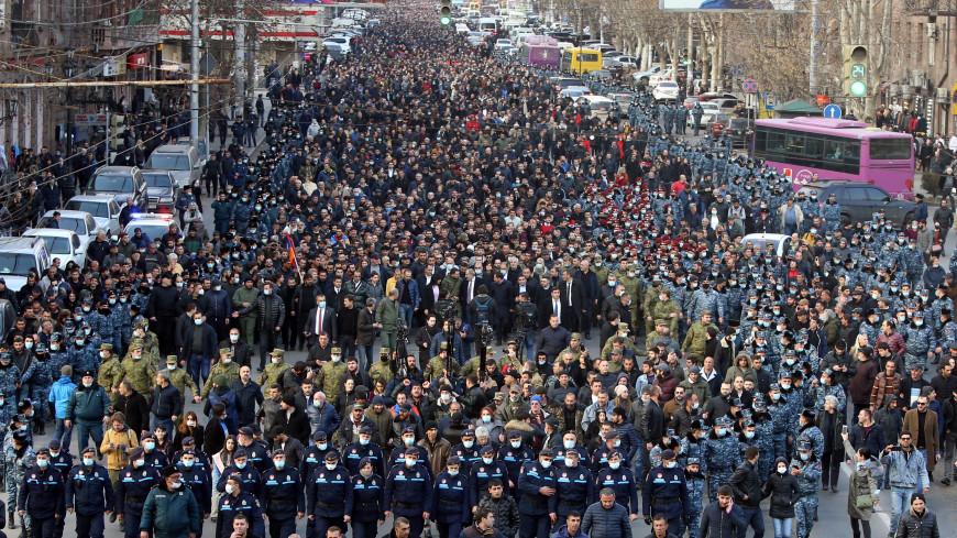 Митинг оппозиции в Ереване: сотни людей ночевали в палатках, согреваясь печками-буржуйками