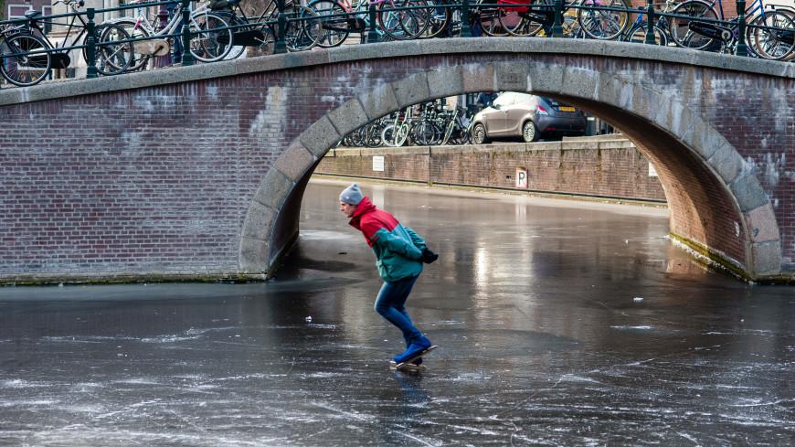 Конькобежец в плавках провалился под лед на канале в Амстердаме