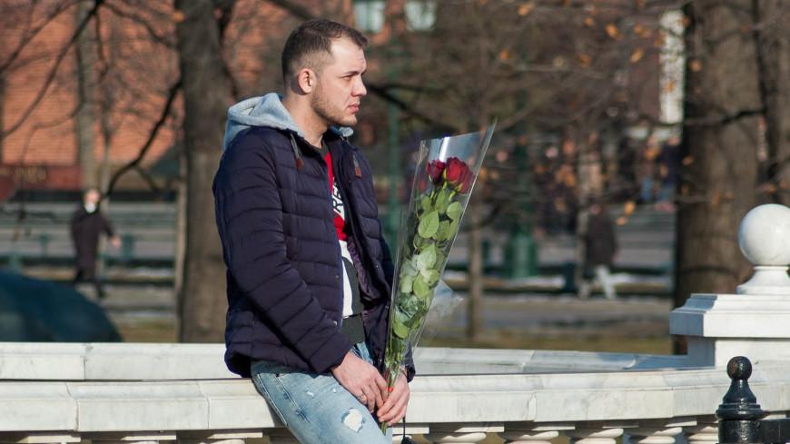 """Фото: Николай Костюшин (МТРК «Мир») """"«Мир 24»"""":http://mir24.tv/, люди, весна, цветы, 8 марта, 14 февраля, день влюбленных, парень, мужчина"""