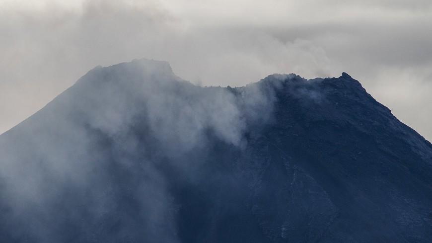Вулкан Пик Сарычева проснулся на Средних Курилах