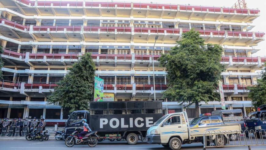 В Мьянме девушка вышла на зарядку и случайно сняла на видео переворот в стране