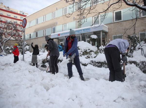 Причуды зимы: в Испанию пришли аномальные снегопады, в Грецию – небывалая жара