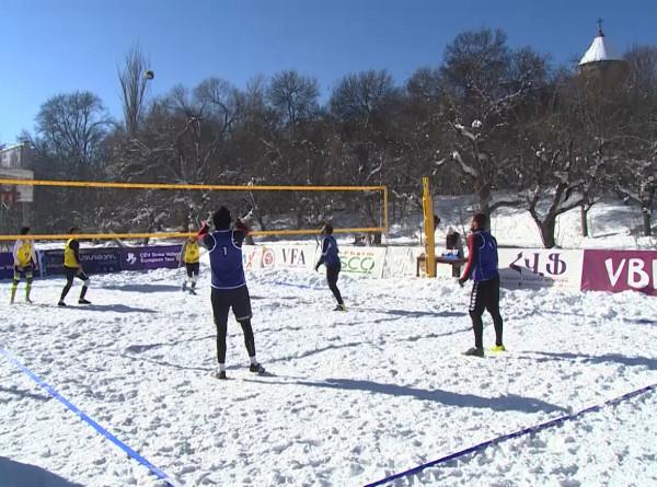 Турнир по волейболу на снегу в Армении собрал два десятка команд