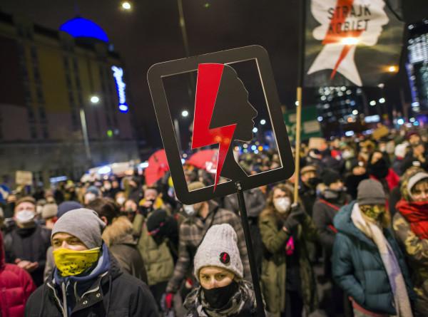 Польшу охватили уличные протесты против запрета абортов