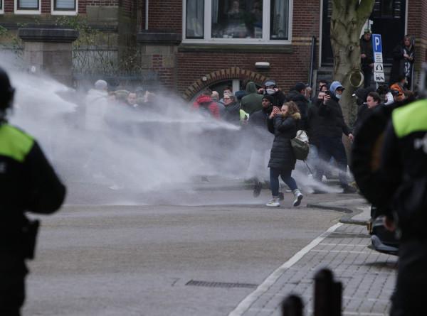 Третья ночь протестов: в Нидерландах продолжаются выступления против локдауна