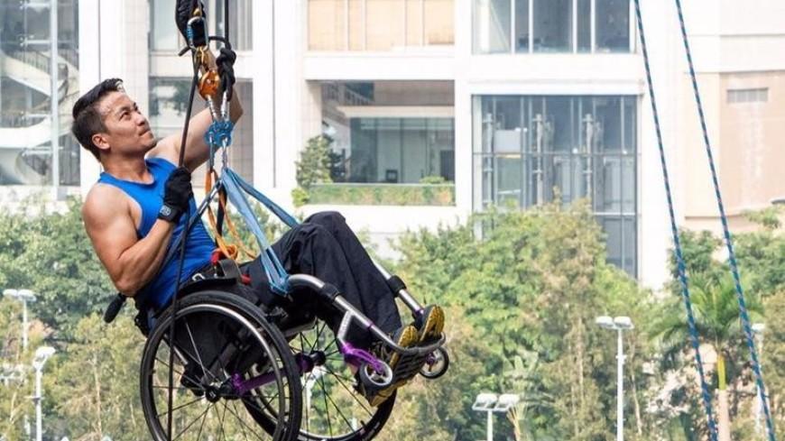 Альпинист Лай Чи-вай взобрался на небоскреб Гонконга в инвалидной коляске