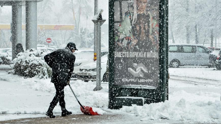 Последствия метели: Краснодар больше суток чистят от выпавшего снега