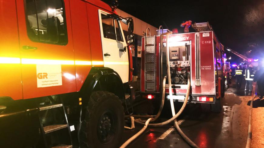 Пожар в центре Тбилиси. В районе привокзальной площади горит торговый центр. В тушении пожара принимают участие до 40 бригад. По предварительной оценке выгорело до 2000 квадратных метров. Пожар возник на территории склада с сигаретами. Пламя в считанные минуты охватило павильоны с одеждой и бытовой химией. К месту ЧП стягиваются торговцы