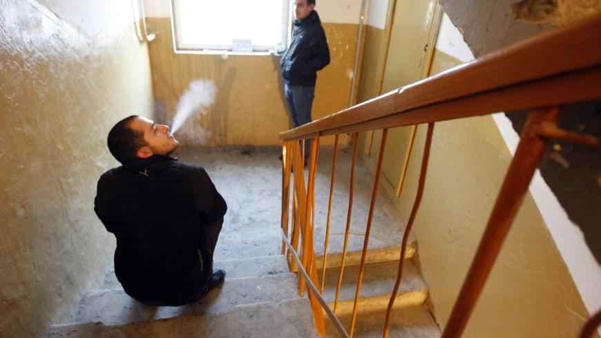 Бой с дымом: как призвать к ответственности соседей, которые курят в подъезде?