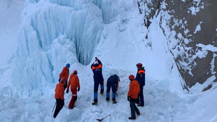 Обрушение льда на камчатском водопаде: двоих раненых вертолетом отвезли в больницу