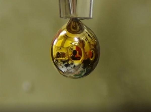 Ученые сделали из воды проводимый металл золотого цвета