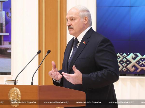 Лукашенко: Беларусь держит удар во всех сферах жизни