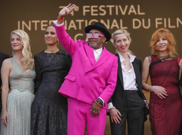 Джоди Фостер в мини и роковая Белла Хадид: в чем пришли звезды на открытие 74-го Каннского фестиваля