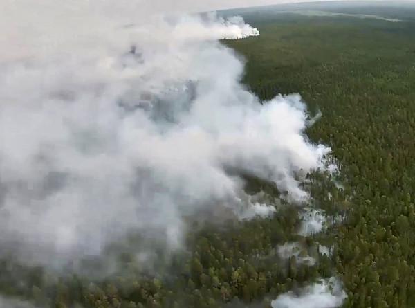 Природные пожары в Якутии: МЧС направило в республику еще 100 спасателей