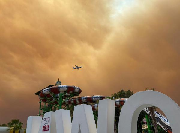Черные тучи и зарево от пожара: в Анталье от огня и дыма пострадали более 60 человек